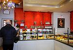 Frankreich, Bourgogne-Franche-Comté, Département Jura, Arbois (Jura): Verkaufsraum der Konditorei 'Patisserie Hirsinger' auf dem Place de la Liberté | France, Bourgogne-Franche-Comté, Département Jura, Arbois (Jura): interior of Patisserie Hirsinger at Place de la Liberté in centre of old town