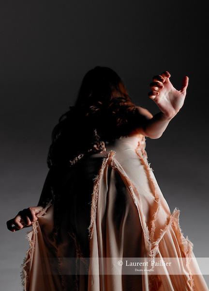 Danseuse : Axelle Lagier..Chorégraphie : Tatiana Julien..Costumes : Jackie Tadeoni..Lieu : LB Studio..Ville : Paris..Le 17/07/2010..© Laurent Paillier / photosdedanse.com..All rights reserved