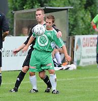 Deerlijk sport : Louis Bincquet aan de bal voor Jeremy Paelinck van Torhout.foto VDB / BART VANDENBROUCKE