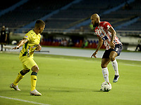 BARRANQUILLA - COLOMBIA, 05-03-2021: Fredy Hinestroza de Atletico Junior y Alvaro Melendez de Atletico Bucaramanga disputan el balon, durante partido entre Atletico Junior y Atletico Bucaramanga, de la fecha 11 por la Liga BetPlay DIMAYOR I 2021 jugado en el estadio Metropolitano Roberto Melendez de la ciudad de Barranquilla. / Fredy Hinestroza of Atletico Junior and Alvaro Melendez of Atletico Bucaramanga battle for the ball, during a match between Atletico Junior and Atletico Bucaramanga of the 11th date for BetPlay DIMAYOR I 2021 League played at the Metropolitano Roberto Melendez Stadium in Barranquilla city. / Photo: VizzorImage / Jairo Cassiani / Cont.