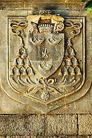 Ce blason des eveques de Cahors est place au-dessus de la porte Saint-Martial