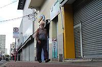 Piracicaba (SP), 29/03/2021 - Lockdown-SP - Movimento no centro de Piracicaba nesta segunda-feira (29). O decreto municipal que estabelece as restrições tem entre as medidas previstas no documento está que supermercados terão de atender por delivery, até as 20h, nos dias 27, 28 e 29 de março e 2, 3 e 4 de abril. Nos demais dias, 30, 31 e 1º, poderão funcionar com atendimento presencial até 20h. As medidas são voltadas pelo número de vagas nas UTIs da cidade.