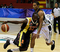MANIZALES-COLOMBIA-11-03-2013. Justin Garris del Once Caldas, Bloquea su contendordurante partido de la fecha 11 de la Liga Direct TV de baloncesto Profesional de Colombia 2013./  during the game of the date 11 of Colombian Professional basketball League DirecTV 2013. Photo: VizzorImage/CONT