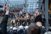 """Bis zu 2500 Anhaenger der Rechtspartei """"Alternative fuer Deutschland"""" (AfD) versammelten sich am Samstag den 7. November 2015 in Berlin zu einer Demonstration. Sie protestierten gegen die Fluechtlingspolitik der Bundesregierung und forderten """"Merkel muss weg"""". Die Demonstration sollte der Abschluss einer sog. """"Herbstoffensive"""" sein, zu der urspruenglich 10.000 Teilnehmer angekuendigt waren.<br /> Mehrere tausend Menschen protestierten gegen den Aufmarsch der Rechten und versuchten an verschiedenen Stellen die Route zu blockieren. Gruppen von AfD-Anhaengern wurden von der Polizei durch Einsatz von Pfefferspray, Schlaege und Tritte durch Gegendemonstranten, die sich an zugewiesenen Plaetzen aufhielten, zur rechten Demonstration gebracht. Zum Teil wurden sie von Neonazis-Hooligans dabei angefeuert. Dabei kam es zu Verletzten, mehrere Gegendemonstranten wurden festgenommen.<br /> Im Bild: AfD-Anhaenger nach Abschluss ihres Aufmarsches.<br /> 7.11.2015, Berlin<br /> Copyright: Christian-Ditsch.de<br /> [Inhaltsveraendernde Manipulation des Fotos nur nach ausdruecklicher Genehmigung des Fotografen. Vereinbarungen ueber Abtretung von Persoenlichkeitsrechten/Model Release der abgebildeten Person/Personen liegen nicht vor. NO MODEL RELEASE! Nur fuer Redaktionelle Zwecke. Don't publish without copyright Christian-Ditsch.de, Veroeffentlichung nur mit Fotografennennung, sowie gegen Honorar, MwSt. und Beleg. Konto: I N G - D i B a, IBAN DE58500105175400192269, BIC INGDDEFFXXX, Kontakt: post@christian-ditsch.de<br /> Bei der Bearbeitung der Dateiinformationen darf die Urheberkennzeichnung in den EXIF- und  IPTC-Daten nicht entfernt werden, diese sind in digitalen Medien nach §95c UrhG rechtlich geschuetzt. Der Urhebervermerk wird gemaess §13 UrhG verlangt.]"""