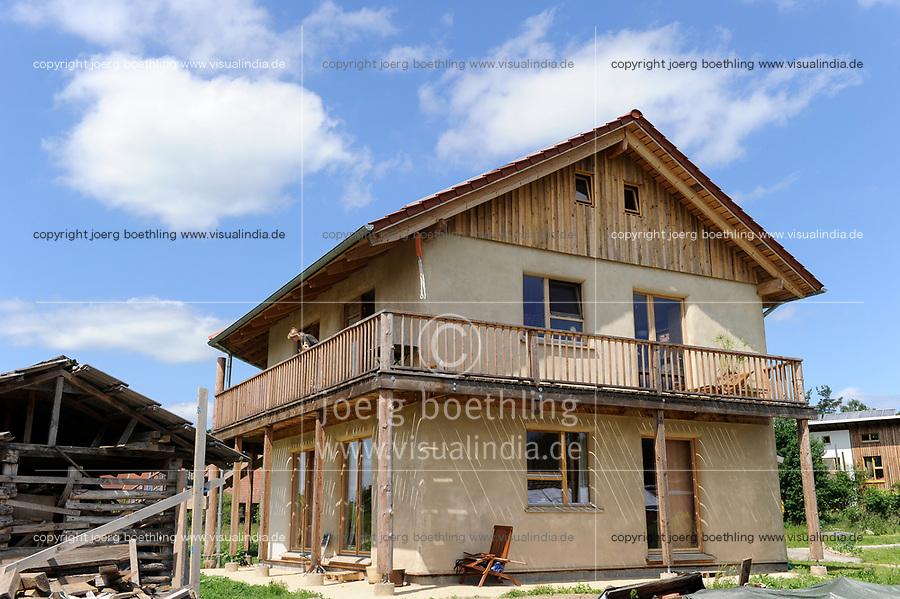 GERMANY, eco village Siebenlinden, house building with timber, straw bale and clay / DEUTSCHLAND, Oekosiedlung Siebenlinden in der Altmark, Wohnhaus aus Holz, Srohballen und Lehmputz