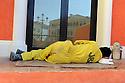 Doha Qatar novembre 2010. Operaio in pausa durante la costruzione dello sviluppo immobiliare The Pearl. Una parte è liberamente ispirata all'architettura di Venezia. A worker at rest during the construction works of the new real estate development The Pearl a part of which is freely inspired  by Venezia's architecture.