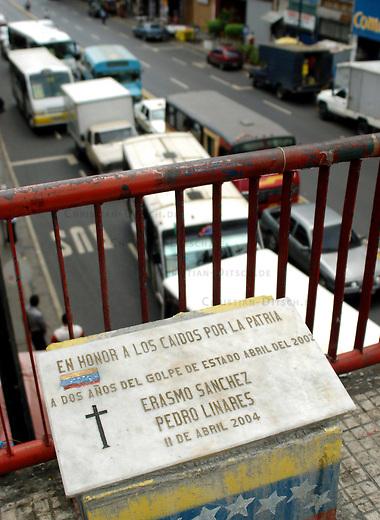 Mahnmal fuer drei am 11. April 2002 erschossene Maenner.<br /> Am 11. April 2002 putschten einige Militaers gegen die Regierung von Hugo Chavez und verhafteten ihn. Im ganzen Lang gingen tausende Menschen gegen diesen Putsch auf die Strassen. Im Barrio Catedral in Caracas wurden drei von ihnen durch Scharfschuetzen ermordet.<br /> 10.11.2004, Caracas / Venezuela<br /> Copyright: Christian-Ditsch.de<br /> [Inhaltsveraendernde Manipulation des Fotos nur nach ausdruecklicher Genehmigung des Fotografen. Vereinbarungen ueber Abtretung von Persoenlichkeitsrechten/Model Release der abgebildeten Person/Personen liegen nicht vor. NO MODEL RELEASE! Nur fuer Redaktionelle Zwecke. Don't publish without copyright Christian-Ditsch.de, Veroeffentlichung nur mit Fotografennennung, sowie gegen Honorar, MwSt. und Beleg. Konto: I N G - D i B a, IBAN DE58500105175400192269, BIC INGDDEFFXXX, Kontakt: post@christian-ditsch.de<br /> Bei der Bearbeitung der Dateiinformationen darf die Urheberkennzeichnung in den EXIF- und  IPTC-Daten nicht entfernt werden, diese sind in digitalen Medien nach §95c UrhG rechtlich geschuetzt. Der Urhebervermerk wird gemaess §13 UrhG verlangt.]