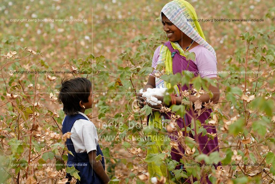 INDIA Madhya Pradesh , organic cotton project bioRe in Kasrawad  , woman harvest cotton by hand, wife of cotton farmer with her daughter | INDIEN Madhya Pradesh , Frauen ernten Biobaumwolle durch Handpflueckung , Projekt fuer biodynamischen Anbau von Biobaumwolle in Kasrawad