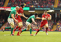 Pictured: Scott WIlliams of Wales (R) avoids a tackle by Sean O'Brien of Ireland (3rd L) and carries on to score a try Saturday 14 March 2015<br />