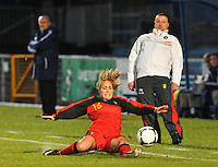 Northern Ireland : UEFA Women's Euro Qualifying group stage (Group 3) - 19/09/2012 - BELFAST  - Windsor Linfield FCl Stadion : Northern Ireland ( Noord Ierland ) - BELGIUM ( Belgie ) : Janice Cayman met de sliding voor Ives Serneels .foto DAVID CATRY / Vrouwenteam.be.