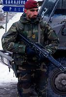 SARAJEVO / BOSNIA 1996.UN SOLDATO ITALIANO DEL CONTINGENTE IFOR DI PATTUGLIA LUNGO LA STRADA TRA SARAJEVO E PALE PER EVITARE INCIDENTI O SCONTRI A FUOCO..FOTO LIVIO SENIGALLIESI..SARAJEVO / BIH 19 MARCH 1996 .AN ITALIAN SOLDIER OF THE PEACE CONTINGENT IFOR PATROLLING THE ROAD FROM SARAJEVO TO PALE (REPUBLIKA SRPSKA)..PHOTO LIVIO SENIGALLIESI