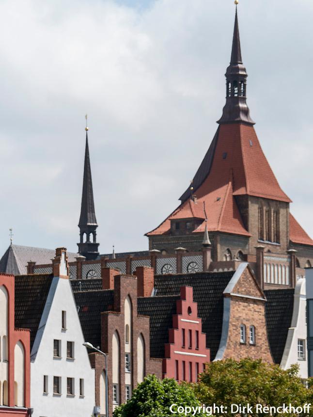 Alte Hausgiebel und Marienkirche in Rostock, Mecklenburg-Vorpommern, Deutschland