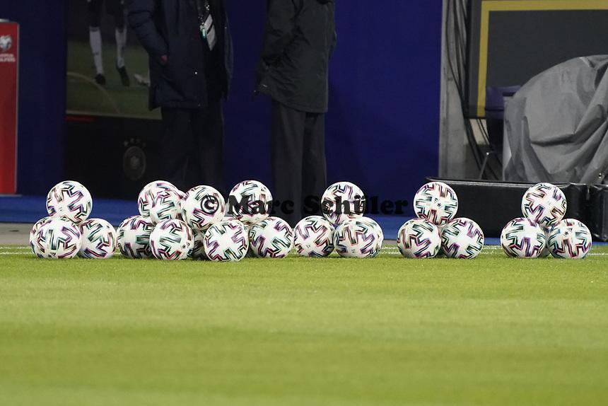 Bälle zum Länderspiel liegen bereit - 25.03.2021: WM-Qualifikationsspiel Deutschland gegen Island, Schauinsland Arena Duisburg