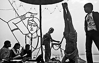 11.2008 Varanasi(Uttar Pradesh)<br /> <br /> Women drawing and painting and man practicing yoga  in the morning on ghat.<br /> <br /> Femmes en train de dessiner et de peindre et homme pratiquant le yoga le matin sur le ghat.
