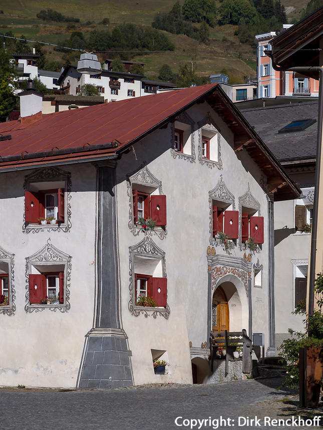 Engadiner Haus am Plaz  in Unterdorf, Scuol, Unterengadin, Graubünden, Schweiz, Europa<br /> Engadine house at Plaz in Scuol Unterdorf,  Scuol Valley, Engadine, Grisons, Switzerland