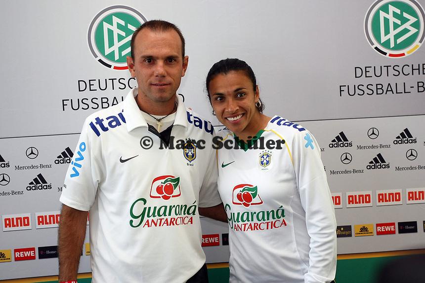 Nationaltrainer Kleiton Lima mit Marta (BRA)<br /> PK zum Laenderspiel Deutschland vs. Brasilien *** Local Caption *** Foto ist honorarpflichtig! zzgl. gesetzl. MwSt. Auf Anfrage in hoeherer Qualitaet/Aufloesung. Belegexemplar an: Marc Schueler, Am Ziegelfalltor 4, 64625 Bensheim, Tel. +49 (0) 151 11 65 49 88, www.gameday-mediaservices.de. Email: marc.schueler@gameday-mediaservices.de, Bankverbindung: Volksbank Bergstrasse, Kto.: 151297, BLZ: 50960101