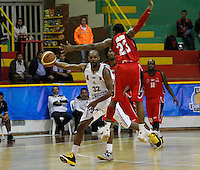 MANIZALES-COLOMBIA. 01-04-2013. Jordan Antonie del Once Caldas trasta de pasar el balón ante el bloqueo de un jugador de Halcones de Cúcuta durante partido de la fecha 21 de la Liga Direct TV de baloncesto Profesional de Colombia 2013./ Jordan Antonie of Once Caldas tries to pass the ball over the block of Halcones de Cucuta player during the game of the date 21 of Colombian Professional basketball League DirecTV 2013. Photo: VizzorImage/JJ Bonilla/STR