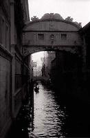 Venitian gondola rowing in canal underneath the Bridge of Sighs<br />