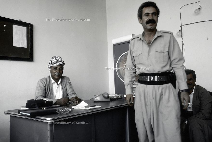 Irak 1991<br /> Rast Shawess et Kak Faek au bureau du PDK à Souleimania<br /> Iraq 1991<br /> Rast Shawess and Kak Faek  in KDP's office in Suleimania
