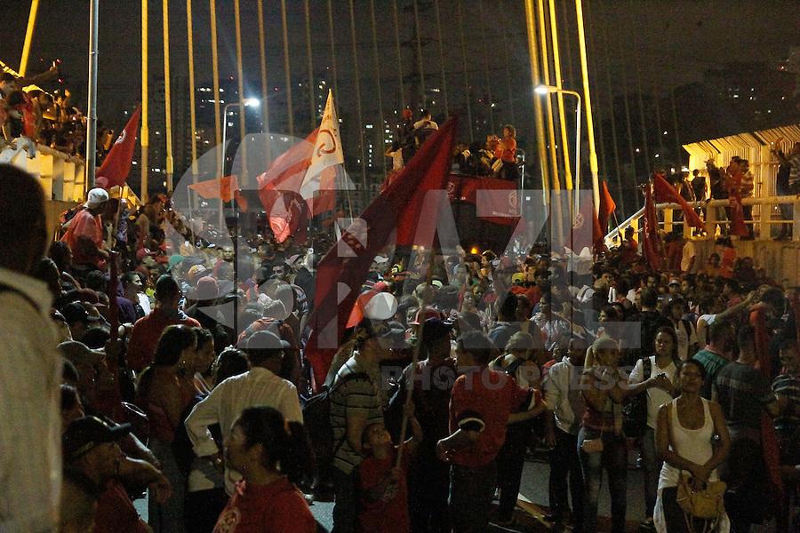 SAO PAULO, SP, 22.05.2014 - Manifestantes do Movimento dos sem Teto se organizam na tarde desta quinta-feira (22) em caminhada até a Ponte Esplaiada em Sao Paulo.  (Foto: Amauri Nehn / Brazil Proto Press).