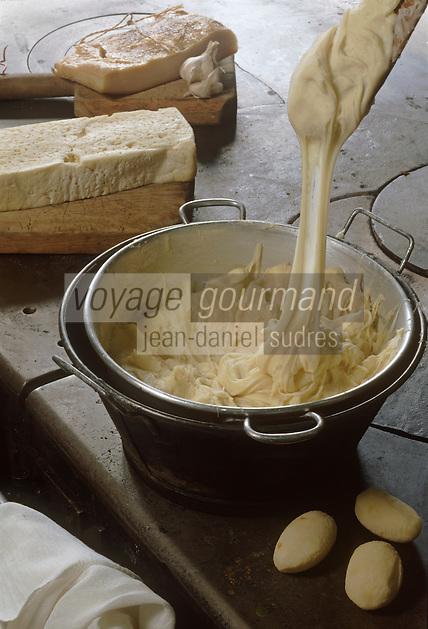 Europe/France/Midi-Pyrénées/12/Aveyron/ Aubrac: Préparation de l'Aligot chez Germaine avec la tomme fraiche de Laguiole