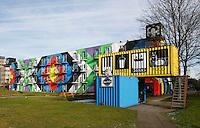 Nederland Amsterdam 2017. Amsterdam Heesterveld. Oude flats zijn kleurig beschilderd door kunstenaars.Horeca gelegenheid in oude zeecontainers. Foto Berlinda van Dam / Hollandse hoogte