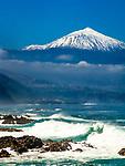 Spanien, Kanarische Inseln, Teneriffa, Blick ueber die rauhe Nordkueste zum schneebedeckten Pico del Teide (3.718 m), Spaniens hoechstem Berg | Spain, Canary Islands, Tenerife, north coast and snow covered Pico del Teide (3.718 m), Spain's highest mountain