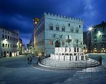 Italy, Umbria, Perugia: Piazza 4th November with Fontana Maggiore at night | Italien, Umbrien, Perugia: Piazza 4. November und Fontana Maggiore am Abend