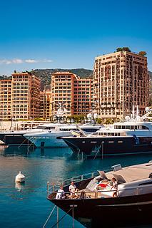 Frankreich, Provence-Alpes-Côte d'Azur, Cap-d'Ail: Grenzort zum Fuerstentum Monaco, Luxusyachten im Hafen Port de Cap-d'Ail   France, Provence-Alpes-Côte d'Azur, Cap-d'Ail: frontier town to Princedom Monaco, luxury yachts at harbour Port de Cap-d'Ail