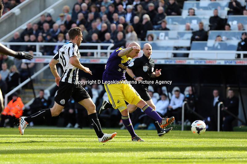 Pictured: Jonjpo Shelvey of Swansea (C) shoots for goal. Saturday 19 April 2014<br /> Re: Barclay's Premier League, Newcastle United v Swansea City FC at St James Park, Newcastle, UK.