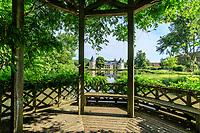 France, Loiret (45), Chilleurs-aux-Bois, château et jardins de Chamerolles, gloriette couverte de glycine au dessus de l'étang