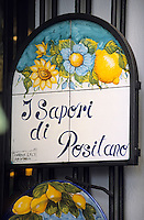 Europe/Italie/Côte Amalfitaine/Campagnie/Positano : Enseigne d'une boutique vendant des produits à base de citrons de la région : limoncello, bougies, etc