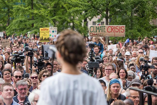 """Schuelerstreik und Demonstration """"Fridays4Future"""" (#f4f) in Berlin.<br /> Ca. 2.000 Menschen, hauptsaechlich Schuelerinnen und Schueler versammelten sich am Freitag den 19. Juli 2019 in Berlin mit ihrer woechentlichen Klimademonstration vor dem Wirtschaftsministerium in Berlin. Sie protestieren gegen die Klimapolitik der Wirtschaft und der Bundesregierung und fordern die Einhaltung der """"Pariser Klimaziele"""", die eine Begrenzung der Erderwaermung auf 1,5°C vorsieht.<br /> Als Gast sprach die schwedische Klimaschutzaktivistin Greta Thunberg, die mit ihrem individuellen Schulstreik die """"Fridays for Future"""" ausgeloest hat.<br /> Im Bild: Clara Mayer, Fridays 4 Future.<br /> 19.7.2019, Berlin<br /> Copyright: Christian-Ditsch.de<br /> [Inhaltsveraendernde Manipulation des Fotos nur nach ausdruecklicher Genehmigung des Fotografen. Vereinbarungen ueber Abtretung von Persoenlichkeitsrechten/Model Release der abgebildeten Person/Personen liegen nicht vor. NO MODEL RELEASE! Nur fuer Redaktionelle Zwecke. Don't publish without copyright Christian-Ditsch.de, Veroeffentlichung nur mit Fotografennennung, sowie gegen Honorar, MwSt. und Beleg. Konto: I N G - D i B a, IBAN DE58500105175400192269, BIC INGDDEFFXXX, Kontakt: post@christian-ditsch.de<br /> Bei der Bearbeitung der Dateiinformationen darf die Urheberkennzeichnung in den EXIF- und  IPTC-Daten nicht entfernt werden, diese sind in digitalen Medien nach §95c UrhG rechtlich geschuetzt. Der Urhebervermerk wird gemaess §13 UrhG verlangt.]"""
