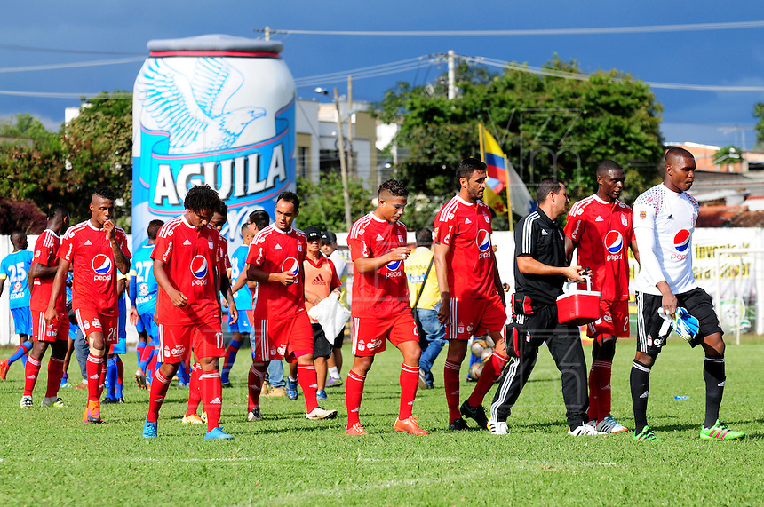 CALI -COLOMBIA-20-11-2016.  Juagadores de América Cali ingresan al campo de juego previo al encuentro con Universitario de Popayán por la fecha 5 de los cuadrangulares finales del Torneo Águila 2016 jugado en el estadio Ciro Lopez de Popayán./ Players of America de Cali  go inside the field prior the match against Universitario de Popayan for the date 5 of final quadrangulars match of the Aguila Tournament 2016 played at Ciro Lopez stadium in Popayan. Photo: VizzorImage/NR/Cont