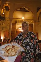 Afrique/Afrique du Nord/Maroc/Rabat: Dinarjat restaurant situé dans un ancien palais andalou - service du pain