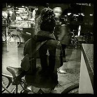 Eine Frau wartet auf der Strasse. Berlin Streetviews<br />25.11.2013, Berlin<br />Copyright: Christian-Ditsch.de<br />[Inhaltsveraendernde Manipulation des Fotos nur nach ausdruecklicher Genehmigung des Fotografen. Vereinbarungen ueber Abtretung von Persoenlichkeitsrechten/Model Release der abgebildeten Person/Personen liegen nicht vor. NO MODEL RELEASE! Don't publish without copyright Christian-Ditsch.de, Veroeffentlichung nur mit Fotografennennung, sowie gegen Honorar, MwSt. und Beleg. Konto:, I N G - D i B a, IBAN DE58500105175400192269, BIC INGDDEFFXXX, Kontakt: post@christian-ditsch.de<br />Urhebervermerk wird gemaess Paragraph 13 UHG verlangt.]