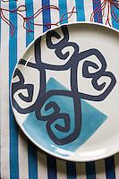 France, Bretagne, (29), Finistère, Pays Bigouden, Pont-l'Abbé:  Le Minor: Broderie, Arts de la table,  Assiette de Valérie Leroux, Nappe de Minor