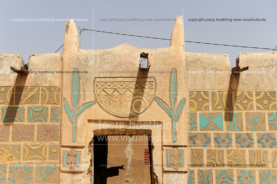 NIGER Zinder, old quarter Bimi, houses in Hausa style and decor / Altstadt Viertel in Haussa Tradition, Agrar-Ministerium