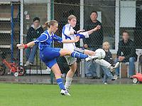 Famkes Merkem - DVC Zuid-West : Stefanie Flou met het shot dat Sharon Vervaeke probeert af te blokken..foto VDB / BART VANDENBROUCKE