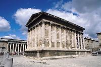 """- Nîmes (southermn France ), roman temple called """"Maison Carrée"""" (square house) ....- Nîmes (Francia del sud), tempio romano detto """"Maison Carrée"""" (casa quadrata)"""