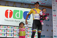 COLOMBIA. 09-08-2014. Miguel Angel Rubiano recibe la camiseta amarilla como líder general al término de la etapa 4, Nobsa – Duitama – Paipa – Tunja – Chía – Cota – 198.7 Km, de la Vuelta a Colombia 2014 en bicicleta que se cumple entre el 6 y el 17 de agosto de 2014. Rubiano posa con sus hijas en el podium. / Miguel Angel Rubiano  receives the yellow t shirt as General Leader at the end of the  stage 4, Nobsa – Duitama – Paipa – Tunja – Chía – Cota – 198.7 Km, of the Tour of Colombia 2014 in bike holds between 6 and 17 of August 2014. Rubiano poses to the photographer with his daugthers in the podium. Photo:  VizzorImage/ José Miguel Palencia / Str
