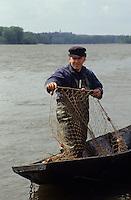 Europe/France/Pays de la Loire/49/Maine-et-Loire/Env Les Rosiers-sur-Loire: Jacky le pêcheur sur la Loire [Non destiné à un usage publicitaire - Not intended for an advertising use]<br /> PHOTO D'ARCHIVES // ARCHIVAL IMAGES<br /> FRANCE 1990
