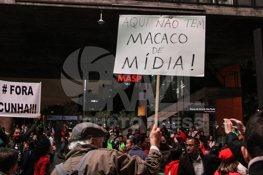SÃO PAULO, SP, 20.08.2015 - PROTESTO-SP - Integrantes de centrais sindicais e movimentos sociais se reúnem para ato em defesa da presidente Dilma Rousseff e contra o seu impeachment, na Av Paulista, na região central de São Paulo, na noite desta quinta-feira,20. (Foto: Marcos Moraes / Brazil Photo Press)