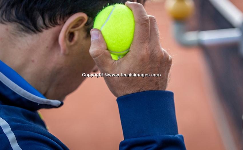 Netherlands, September 12,  2021, Naaldwijk KIA Competition mixed, premier league, LTC Naaldwijk vs TC Leimonias, womans doubles:: Umpire test the new balls<br /> Photo: Henk Koster/tennisimages.com