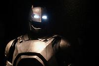 ARMURE DE BATMAN, COSTUME PORTE PAR BEN AFFLECK, BANTMAN V SUPERMAN L'AUBE DE LA JUSTICE, 2016 - EXPOSITION DC COMICS 'L'AUBE DES SUPER-HEROS' A ART LUDIQUE-LE MUSEE, PARIS, FRANCE, LE 31/03/2017.