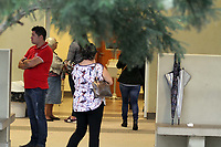 CAMPINAS, SP 10.10.2018-VELORIO-Foi enterrado na manha desta quarta-feira (10) no Cemiterio Parque das Flores, na cidade de Campinas, interior de São Paulo, os corpos da família que foi encontrada morta em uma Rodovia de Minas Gerais, nesta terça-feira (9). Pai, mãe e os filhos de 6 e 8 anos, passaram o fim de semana em Rio Quente, Goiás, para comemorar o aniversário da mulher. O menino mais novo sobreviveu e pediu ajuda.<br /> O acidente aconteceu entre Uberlândia e Araguari. A criança de 6 anos estava no acostamento da rodovia quando foi vista por uma pessoa que passava pelo local. (Foto: Denny Cesare/Codigo19)