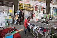 """Der kreuzberger Infoladen """"M99 – Gemischtwarenladen mit Revolutionsbedarf"""".<br /> Der Betreiber des Infoladen M99, Hans-Georg """"HG"""" Lindenau berichtete  am Donnerstag den 4. August 2016, auf der Pressekonferenz, dass der Anwalt des Hauseigentuemers Frederick Hellmann nach etlichen Monaten auf ein Angebot des Betreibers zur Wohnungssuche und einer neuen Oertlichkeit seines Infoladen eingegangen ist. Der Eigentuemer hat ueber seinen Anwalt jetzt erklaert, dass er vor der Abgeordnetenhauswahl im September von einer polizeilichen Raeumung absehen werde.<br /> Im Bild: Ein Mann sucht sich kostenlose Kleidung, die vor dem Infoladen von Anwohnern zur Verfuegung gestellt wird.<br /> 4.8.2016, Berlin<br /> Copyright: Christian-Ditsch.de<br /> [Inhaltsveraendernde Manipulation des Fotos nur nach ausdruecklicher Genehmigung des Fotografen. Vereinbarungen ueber Abtretung von Persoenlichkeitsrechten/Model Release der abgebildeten Person/Personen liegen nicht vor. NO MODEL RELEASE! Nur fuer Redaktionelle Zwecke. Don't publish without copyright Christian-Ditsch.de, Veroeffentlichung nur mit Fotografennennung, sowie gegen Honorar, MwSt. und Beleg. Konto: I N G - D i B a, IBAN DE58500105175400192269, BIC INGDDEFFXXX, Kontakt: post@christian-ditsch.de<br /> Bei der Bearbeitung der Dateiinformationen darf die Urheberkennzeichnung in den EXIF- und  IPTC-Daten nicht entfernt werden, diese sind in digitalen Medien nach §95c UrhG rechtlich geschuetzt. Der Urhebervermerk wird gemaess §13 UrhG verlangt.]"""
