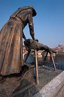 Waschfrauendenkmal am Ufer des Ticino (Tessin) in Pavia, Lombardei, Italien