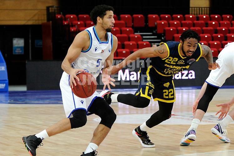 24-03-2021: Basketbal: Donar Groningen v Landstede Hammers: Groningen, Donar speler Leon Williams met Landstede speler Jhonathan Dunn