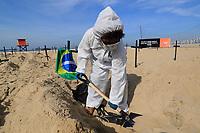 11/06/2020 - ONG PROTESTA COM VALAS EM PRAIA DO RIO DE JANEIRO
